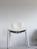 обзавеждане с офис столове в бял цвят